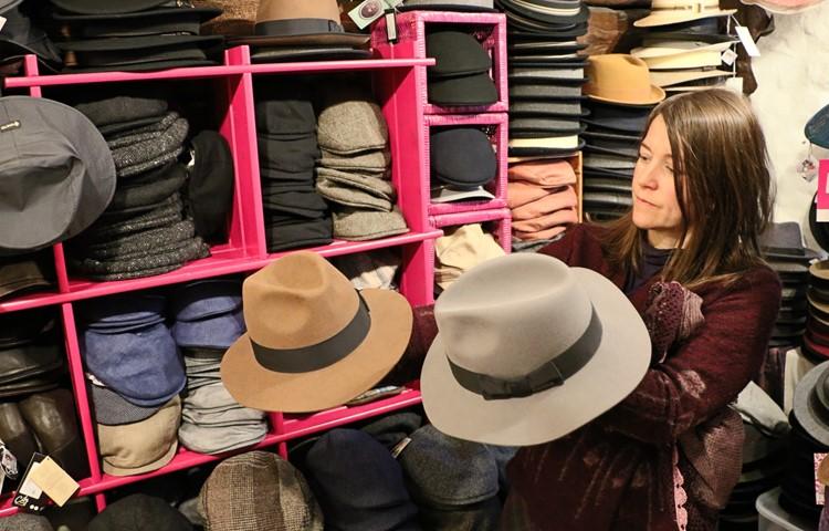 Klassische Hüte aus wertvollen Haarfilzen sind langlebig. Sie können im Hutatelier mit Dampf und Knowhow aufgefrischt und wieder in Form gebracht werden.